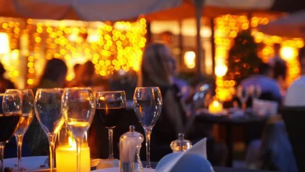 Brýle stojící na stolní restauraci v noci