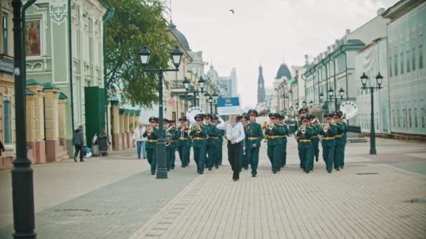 Oroszország, Kazan 09-08-2019: A szél eszköz felvonulás-egy ember, aki egy lemezt, amely azt mondja: Jekatyerinburg zenekar