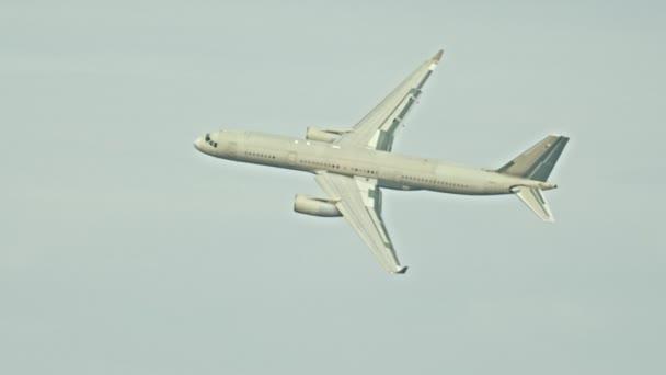Passagierflugzeug fliegt bei bewölktem Himmel