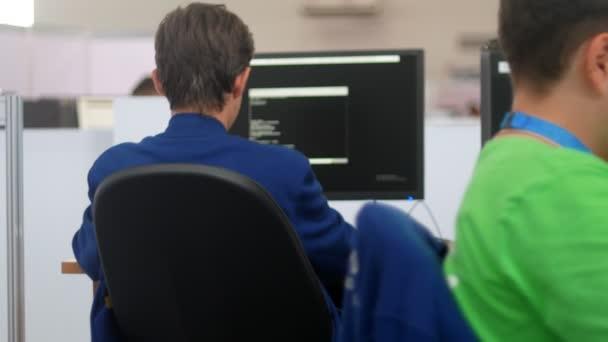 Professzionális it programozó dolgozik adatközpont-típusok a kód