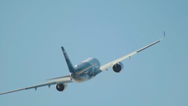 Großes weißes und blaues Passagierflugzeug am Himmel