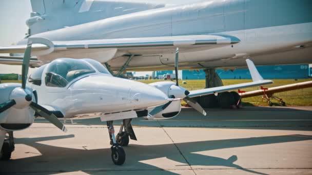 Výstava venkovních letadel-jasné sluneční světlo odrážející se na jatečně upravených těl bílých letadel