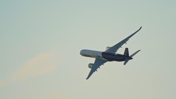 30. srpen 2019 Moskva, Rusko: velké osobní letadlo plující na počátku západu slunce-Airbus A350xwb
