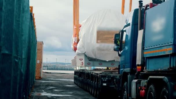 Frachtschifffahrt - ein großer LKW nähert sich unter der Ladung und bereit für den Versand