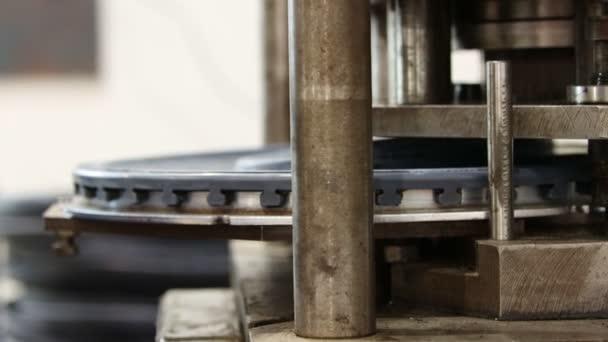 Průmyslová výroba - výroba automobilového disku na závodě - stroj, který dělá otvory na disku