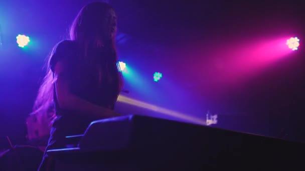 krásná mladá žena Dj hrát hudbu na mixovacím pultu v nočním klubu