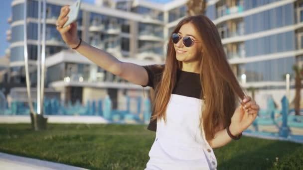 mladá atraktivní žena dělá selfie na kole při východu nebo západu slunce u moře
