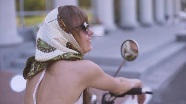 Mladá krásná žena pin-up na ulici s elektrický skútr