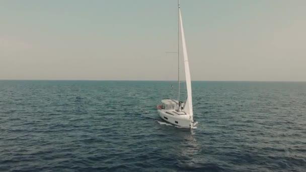 Letecký pohled na jachtu v oceánu. Dron záběry jachting kolem Baleárských ostrovů ve Středozemním moři. Silueta lidí