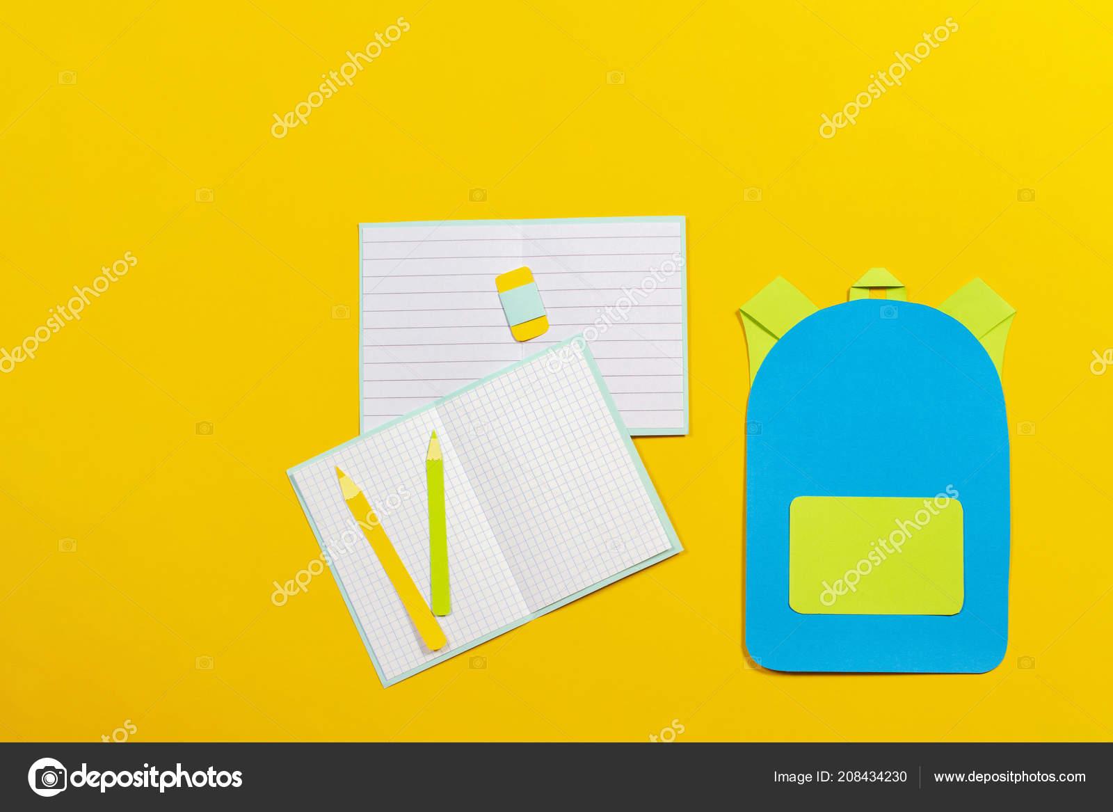 9cca637f29e Σχολική τσάντα πλάτης, τετράδια και μολύβια χαρτιού κομμένα σε κίτρινο  φόντο — Εικόνα από ...