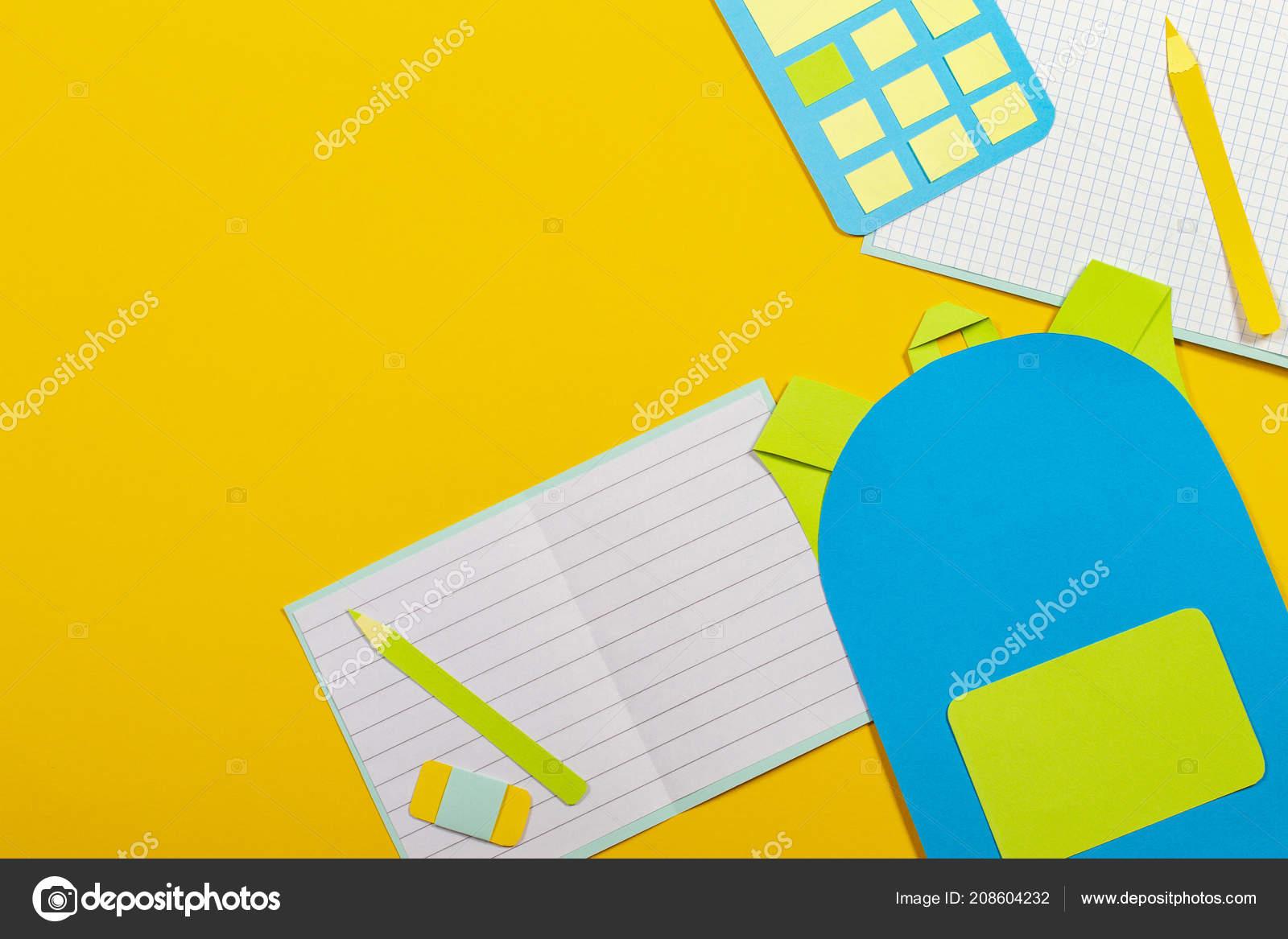 c252a02ff67 Σχολή εκπαίδευσης papercut φόντο. Σχολική τσάντα σακίδιο, σημειωματάρια  βιβλία και χαρτί αριθμομηχανή κομμένα σε κίτρινο φόντο. Το Top view — Εικόνα  από ...