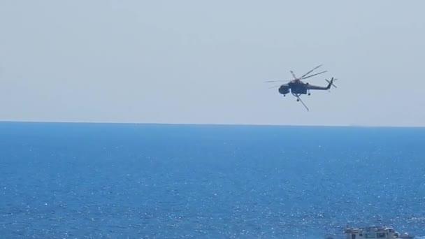 Amalfi, Campania, Itálie-29. září 2018: lesní hasičská helikoptéra během fází nakládky vody k uhasení ohně v kopcích Amalfi