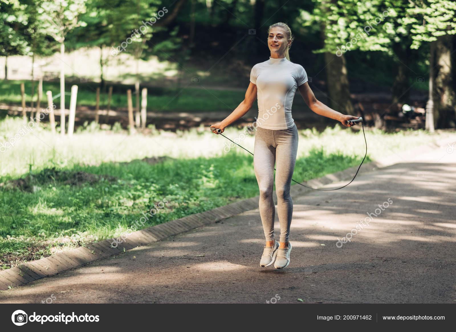 Retrato Mujer Joven Fit Con Saltar Cuerda Parque Fitness Mujer — Foto de  Stock 79a41020646