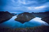 Fotografia La collina chiamata la piramide verde e lansa del fiume Rijeka Crnojevica, Parco nazionale del Lago di Scutari, Montenegro