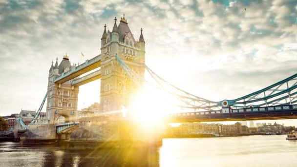 Spektakulární Tower Bridge v Londýně při západu slunce