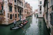Benátky, Itálie – 5. května 2018: Skupina turistů cestujících do