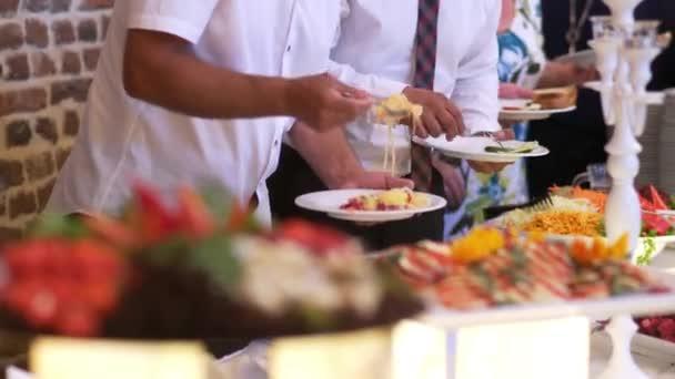 lidé skupiny stravování krytý jídlo v luxusní restauraci s masem barevné