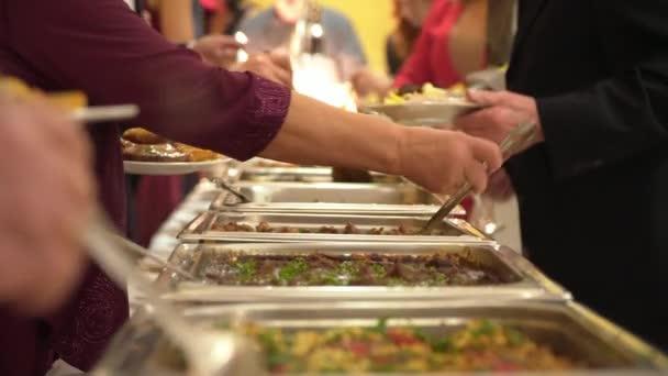 lidé skupiny stravování krytý jídlo v luxusní restauraci s masem