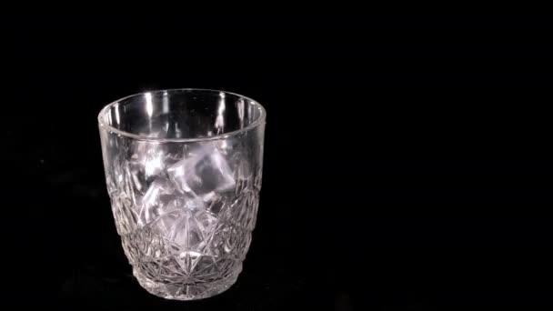 öntötte egy pohár whiskey