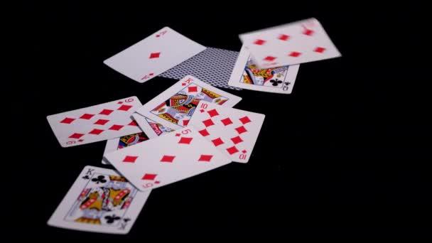 pokerový kartičky poletí a padá na černý povrch.