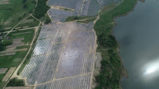 Alternativní zdroje energie, pohled na solární panely v poli z výšky