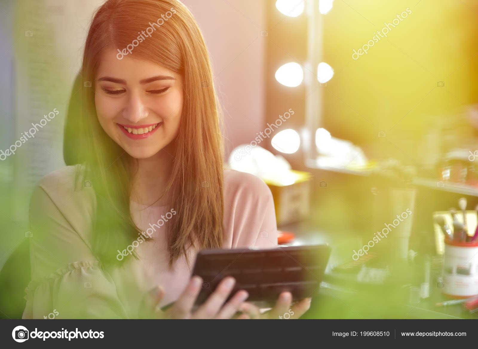 3f74420f65e727 Візажист Створюючи Красиві Макіяж Нареченої Весілля — Стокове фото ...