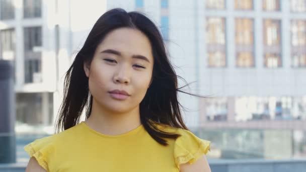 Upřímný úsměv krásné mladé Asijské žena