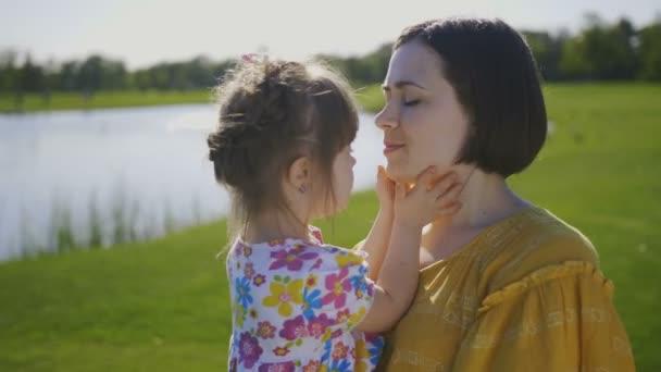 Mutter und Tochter kuscheln sich und lächeln