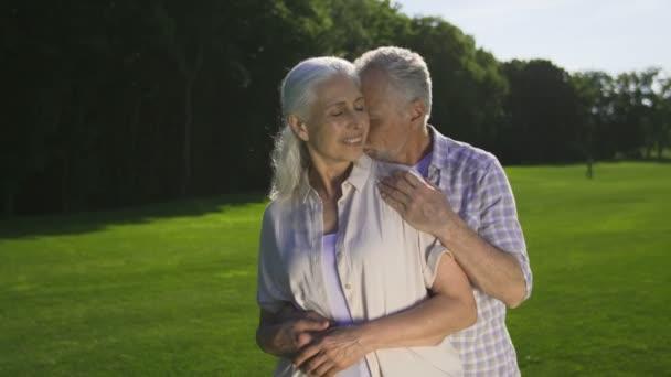 Něžné romantické chvíli důchodci starší pár