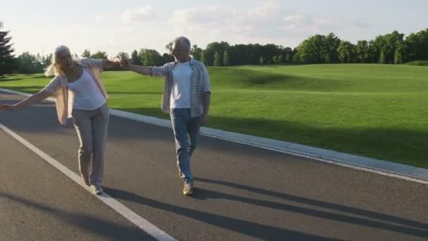 Šťastný důchodce pár bavit venku