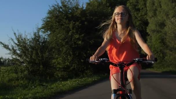 Portrét dospívající dívka na kole v přírodě