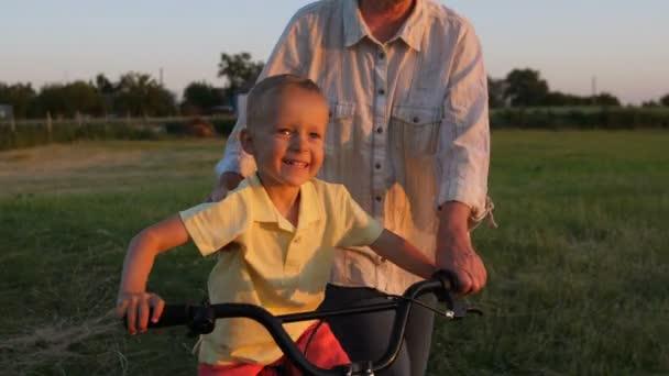 Nahaufnahme lächelnder glücklicher Junge, der Fahrradfahren lernt