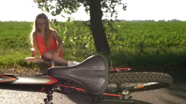 Plačící dospívající dívka spadl z kola a poraněnou nohu