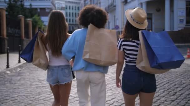 Veselá rozmanitých přátel s úsměvem při nakupování