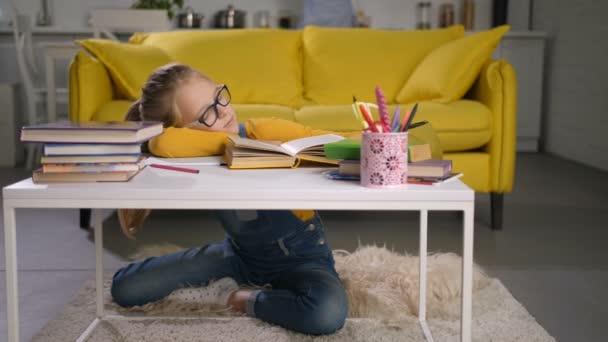 Több mint könyvek otthon alszik kimerült iskoláslány