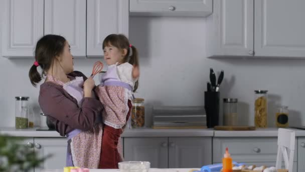 Máma a dítě s Downovým syndromem relaxační v kuchyni