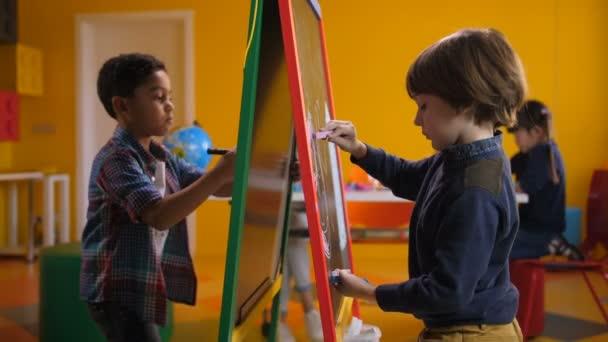 Változatos fiúk, rajz és festés a festőállvány fedélzeten
