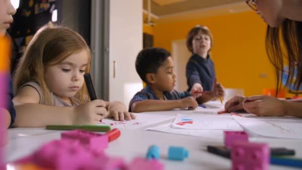 Multikulturní děti těší výkresu na lekce umění