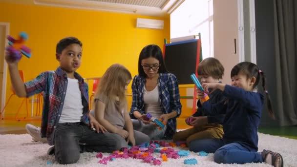 Kreativní děti baví s Vzdělávací hračky