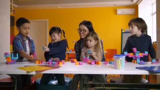 Rozmanité děti hrají s vývojové hračky