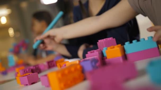 Barevné, budování figurek pro děti na stole