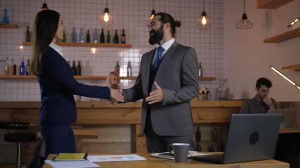 Obchodní přátelé navzájem pozdrav v kavárně