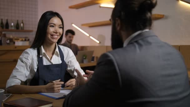 Arbeitgeber interviewen Kandidaten für freie Stellen