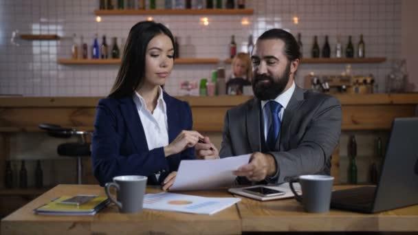 Happy klient podepisování smluvních podmínek nemovitostí