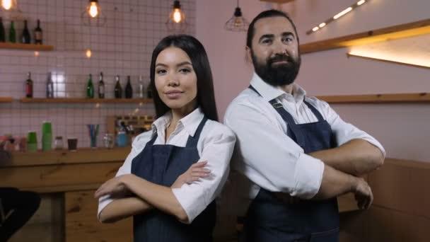 Diverse Café-Besitzer mit gefalteten Händen lächelnd