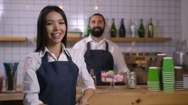 Porträt einer lächelnden Kellnerin in Uniform