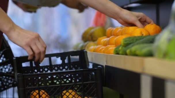 Prodavači, aranžování ovoce skladovací stojany