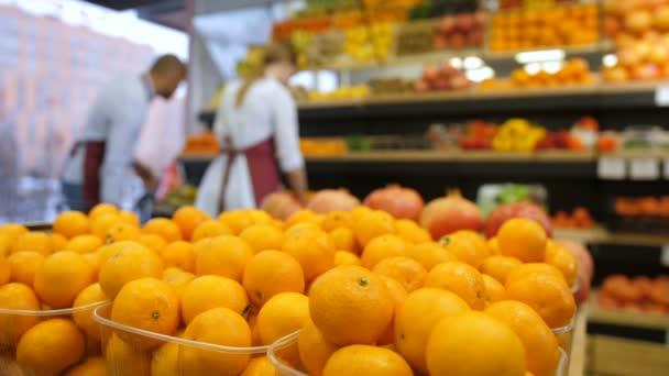 Čerstvé organické mandarinky v polích s potravinami na uložení