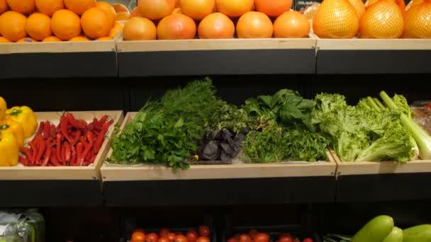 Čerstvá zelenina a ovoce na polici v supermarketu