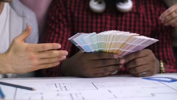 Rozmanité ruce, výběr barvy z palety barev